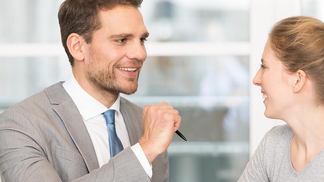 Finanzberater unterhält sich mit Kundin