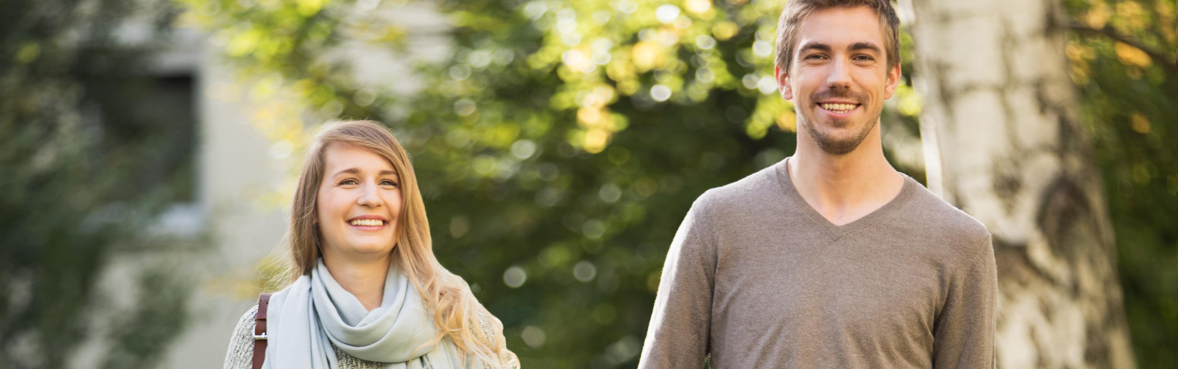 Junges Paar lächelt zufrieden über Haushaltsoptimierung