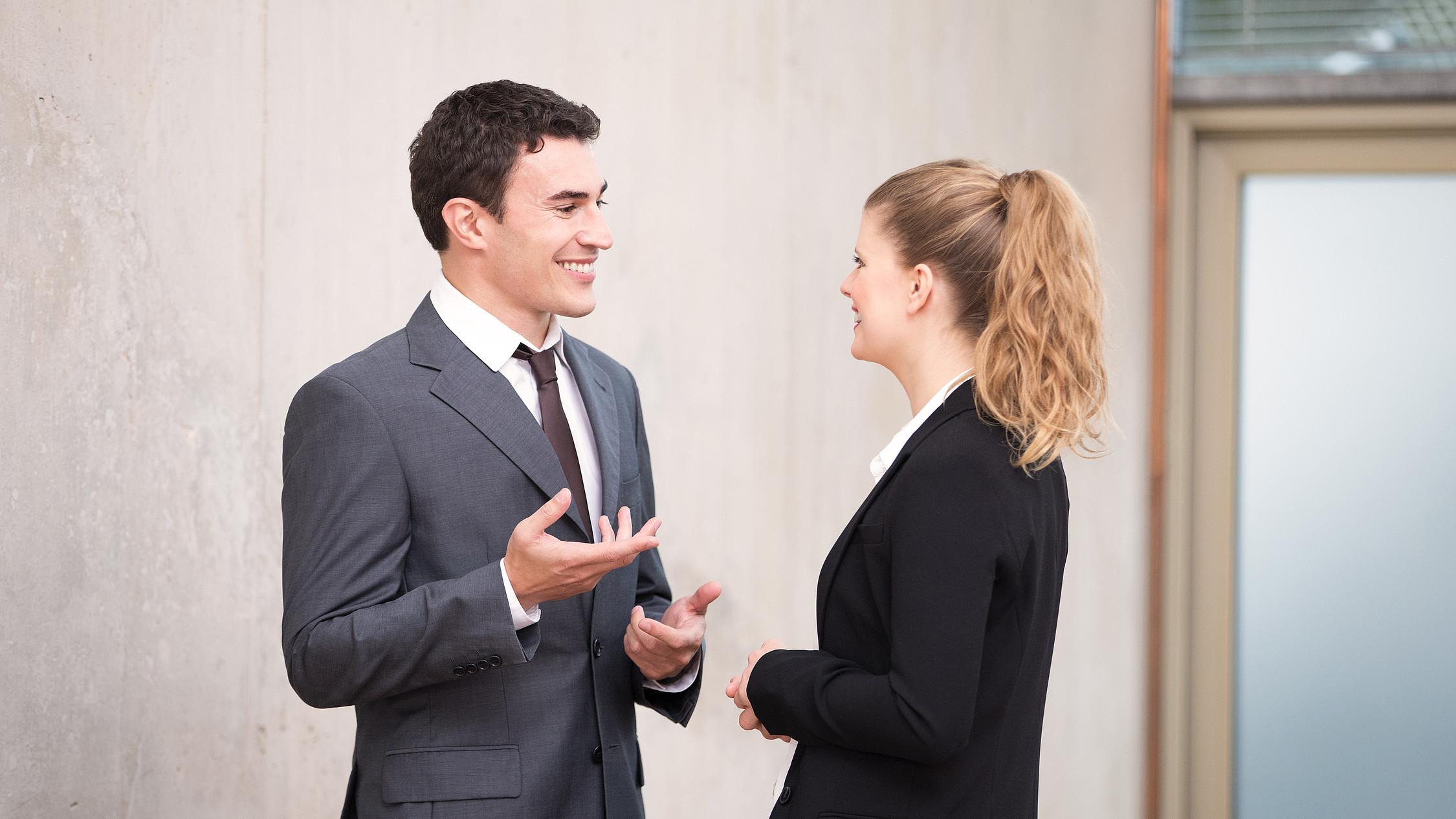 Finanzberater: Frau und Mann unterhalten sich
