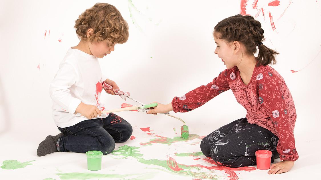 OVB Service: Junge und Mädchen spielen mit Farben