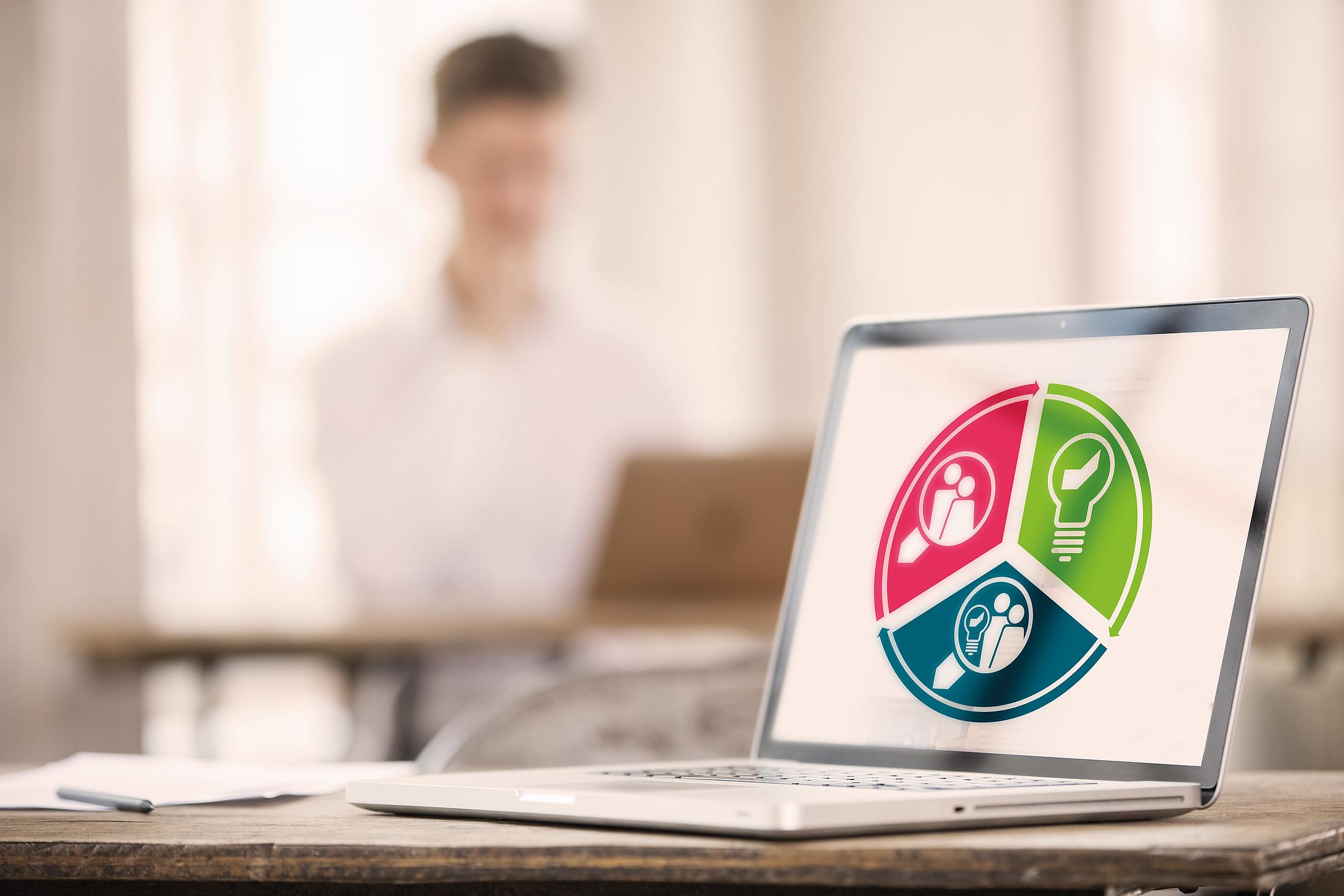 Laptop zeigt persönliches Finanz-Beratungskonzept